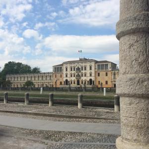 Vista della Villa Contarini dai portici della Piazza